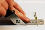 Разметка пластиковой заготовки при помощи металлической линейки и ножа.